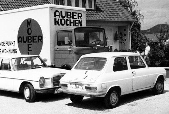 auber moebel im jahre 1960 schwarz weiss autos und transporter